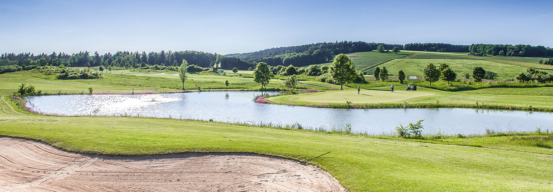 Blick mit Sonnenschein zum 17. Inselgrün im Golfclub Praforst
