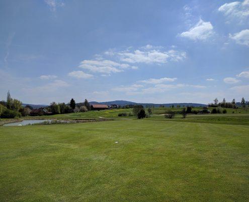 Golfclub Praforst Eröffnungsturnier mit herrlichem Blick auf die Spielbahn 6 mit See