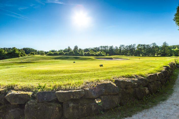 Blick zum 8. Abschlag auf dem Ostkurs bei herrlichem Sonnenschein im Golfclub Praforst