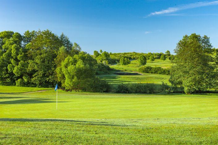 Blick zum 7. Abschlag auf dem Ostkurs im Golfclub Praforst