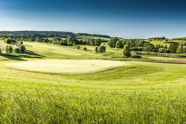 Blick zum 5. Grün auf dem Ostkurs im Golfclub Praforst