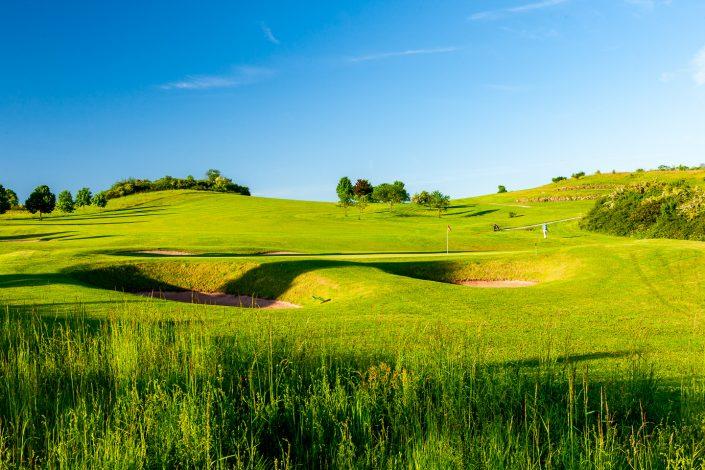 Blick zum 11. Grün und 12. Abschlag auf dem Ostkurs im Golfclub Praforst